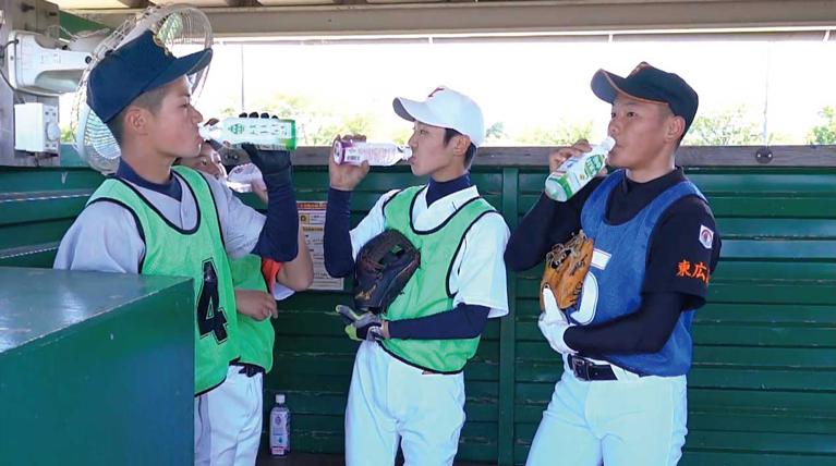 熱中対策水で水分補給&熱中症対策をする選手たち